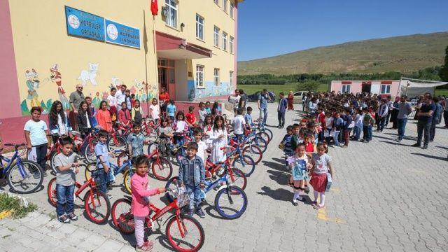 Öğretmenden öğrencilerine bisiklet sürprizi