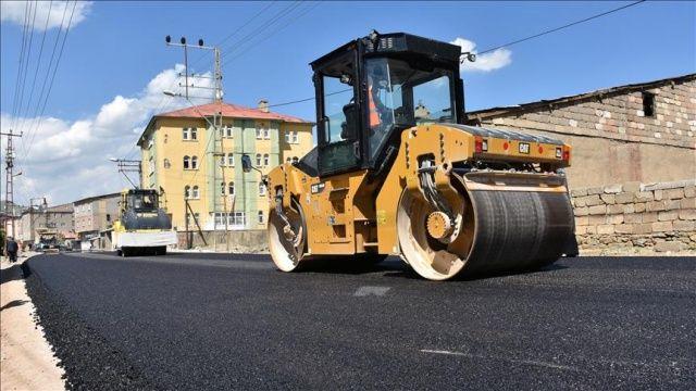 Yüksekova'da yollar sıcak asfalta kavuşuyor