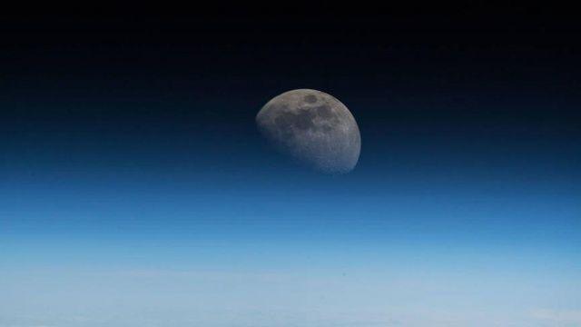 Ay'a Dünya yörüngesinden bakış
