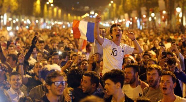 Fransa turladı, Paris sokaklara döküldü