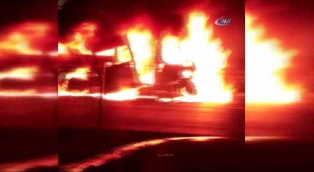 Bahçelievler'de bir araç E-5'te alev alev yandı