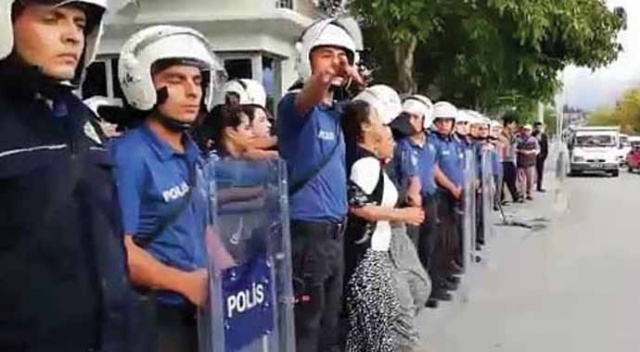 Hastane önünde arbede! 3'ü polis 6 kişi yaralandı