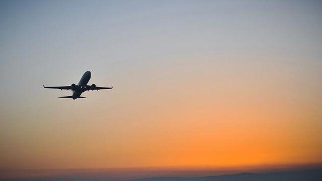 Seferi iptal edilen uçağın pilotu yolculara pizza ısmarladı