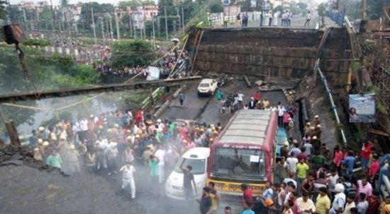 Hindistan'da otoyol çöktü, araçlar yarığın içine düştü