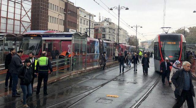 Beyazıt'ta tramvay raydan çıktı!