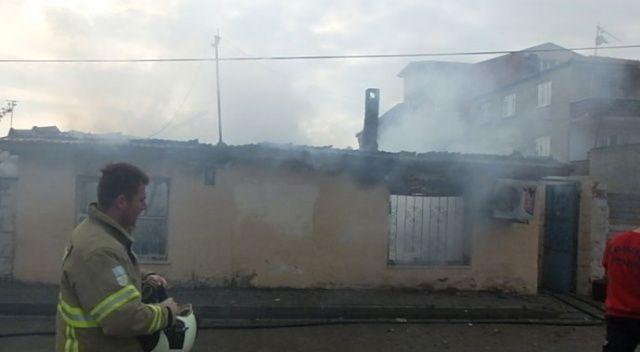 Burhaniye'de çıkan yangında bir ev kül oldu