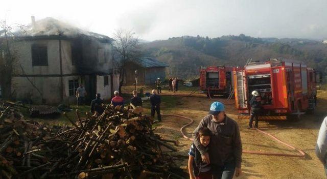 Elektrik kontağından çıkan yangın ahşap evi kül etti