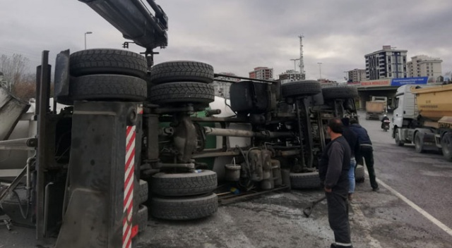 İstanbul'da beton mikseri devrildi! Trafik kilitlendi