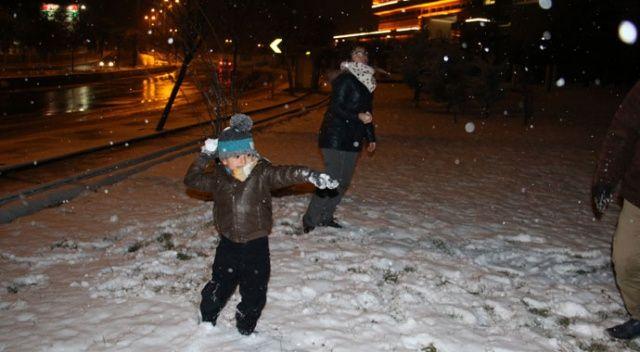 Başkente mevsimin ilk karı yağdı