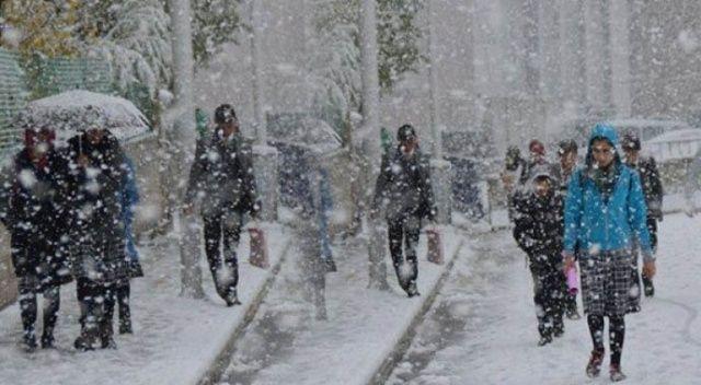 Bitlis'in Ahlat ilçesinde okullar kar sebebi ile tatil edildi