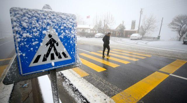 Bolu'da kar yağışı başladı, trafik durma noktasına geldi