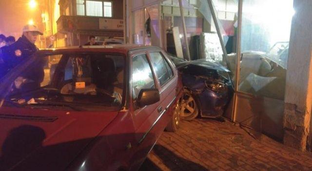 Bursa'da otomobil iş yerine daldı, 2 kişi yaralandı