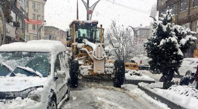 Hakkari'de karla mücadelede çalışması