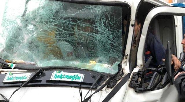 Kamyonette sıkışan yaralı sürücü böyle kurtarıldı