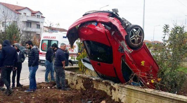 Kocaeli'de otomobil evin bahçesine devrildi