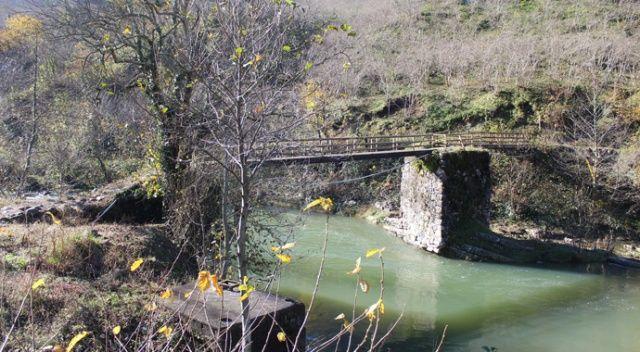 Köprü yıkıldı, ulaşımları kesildi