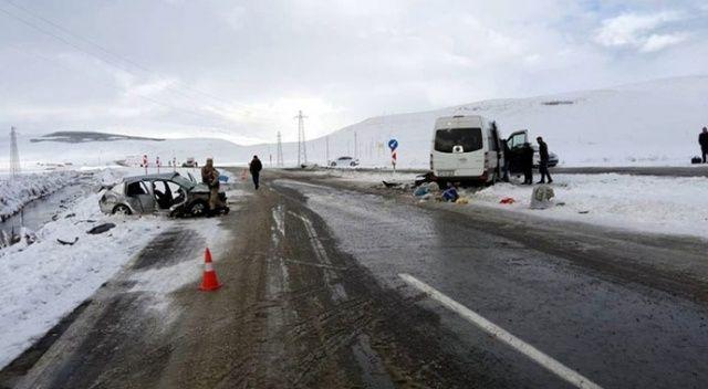 Ardahan'da otomobil ile midibüs çarpıştı: 8 yaralı