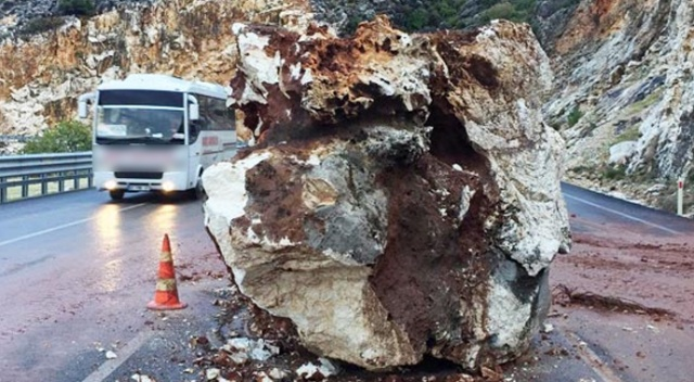 Dev kaya parçaları yola düştü