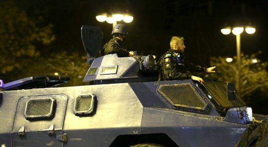 Fransa'da sarı yeleklilerin gösterisi başladı, gözaltılar var