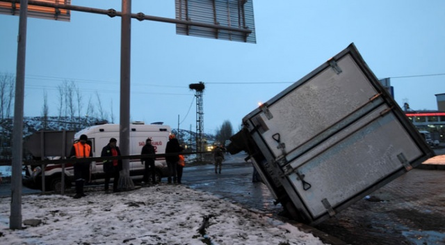 Bingöl'de ambulans ile kamyon çarpıştı: 9 yaralı