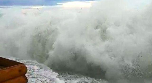 Büyükçekmece Sahili'nde lodos nedeniyle dev dalgalar oluştu