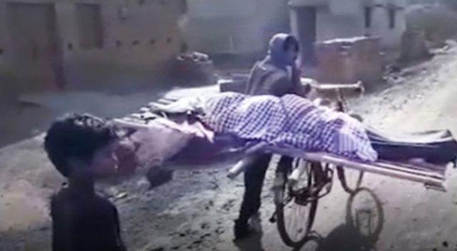 Cenazesine kimsenin katılmadığı annesini, bisikletiyle 5 kilometre taşıyıp defnetti
