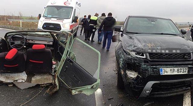Ciple çarpışan otomobil ikiye bölündü