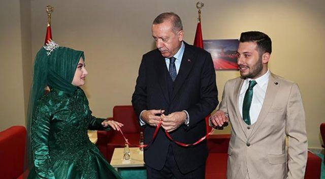 Cumhurbaşkanı Erdoğan bir çiftin nişan yüzüklerini taktı