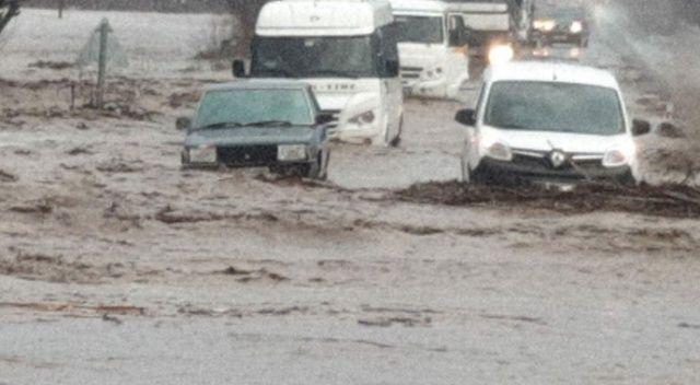 İzmir'de Tire-Belevi karayolu sel nedeniyle trafiğe kapandı