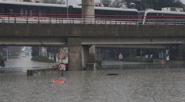 İzmir'de yoğun yağış aracı suya gömdü