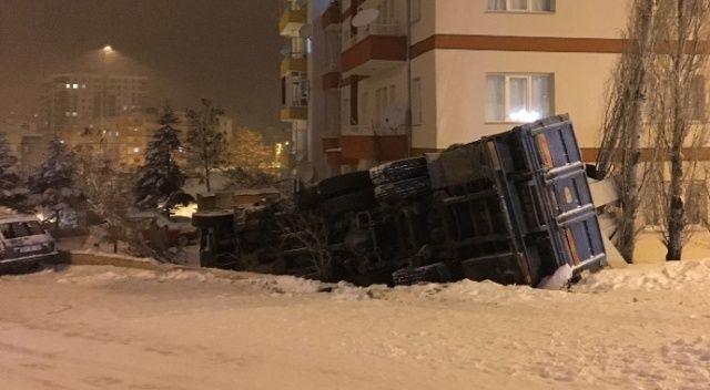 Karda kayan kamyon apartman bahçesine devrildi
