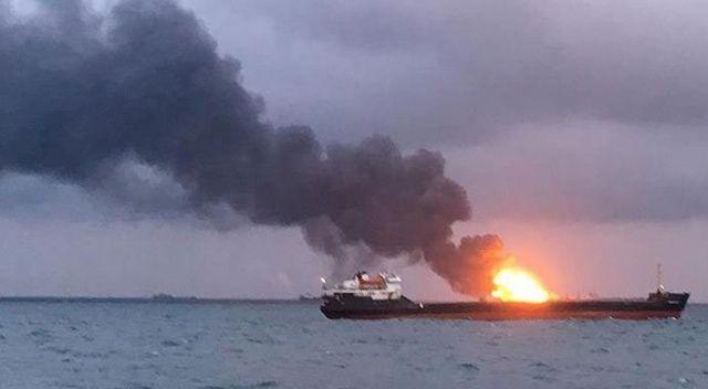 Kerç Boğazı'nda alev alan 2 gemi hala yanıyor