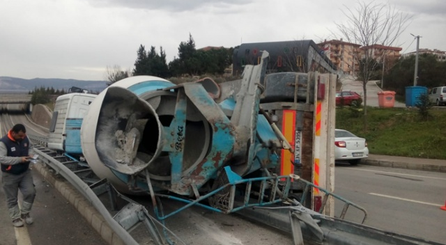 Kontrolden çıkan beton mikseri yola devrildi