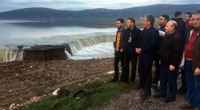 Menderes'te yağmur sularının biriktiği arazide derin çatlak oluştu