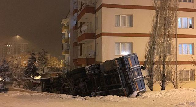 Niğde'de karda kayan kamyon apartman bahçesine devrildi