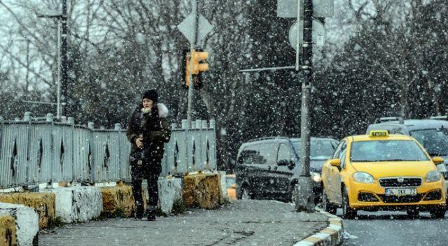 Taksim'de kar yağışı etkili olmaya başladı