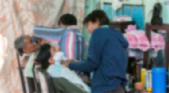 Kız kardeşler, babaları hastalanınca dört yıl erkek kılığında berberlik yaptı