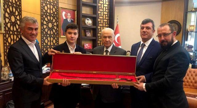 Devlet Bahçeli'ye Osmanlı kılıcı hediye edildi