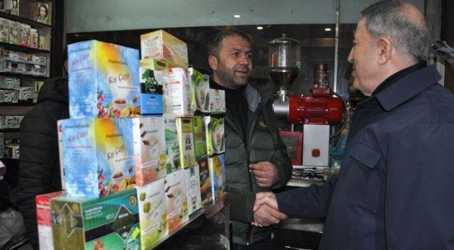 Bakan Akar, Yüksekova'da esnaf ziyareti yaptı