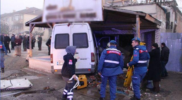 Düzce'de servis minibüsü lokantaya girdi: 12 yaralı