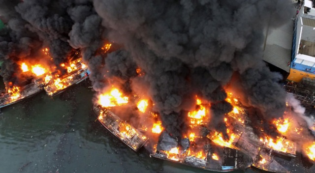 Endonezya'da limanda yangın: 20 tekne yandı