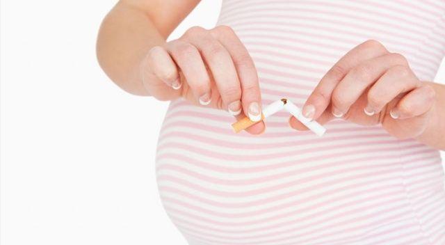 Hamile tiryaki sigarayı  gizli içiyor