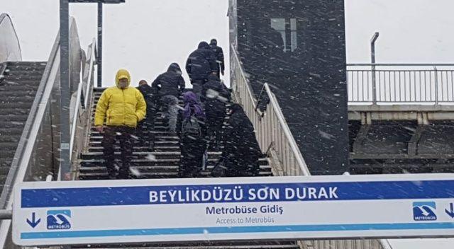 İstanbullular dikkat! İl genelinde saat 15.00'ten sonra kar yağışı bekleniyor