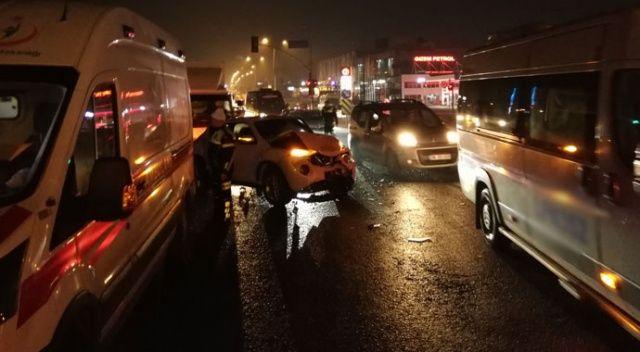 Ters yönden karşıya geçmeye çalışan araç, İstanbul trafiğini birbirine kattı