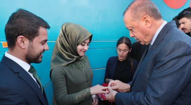Cumhurbaşkanı Erdoğan, Şırnak'ta genç çiftin nişan yüzüklerini taktı