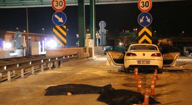 Otomobil gişe kaldırımına çarptı:  2 ölü