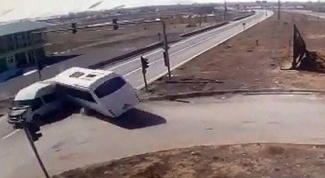 Polisleri taşıyan araçla yolcu minibüsü böyle çarpıştı