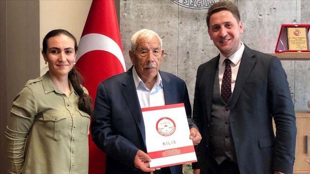 'Türkiye'nin en yaşlı muhtarı' mazbatasını aldı