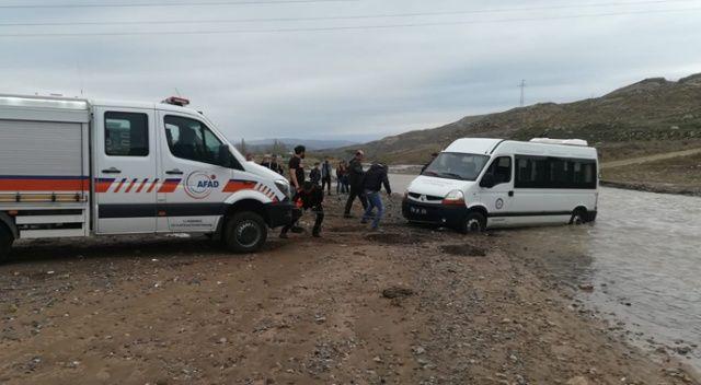 Acıçay'da mahsur kalan minibüs kurtarıldı