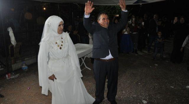 Evliliklerinin 50. yılını düğün yaparak kutladılar'